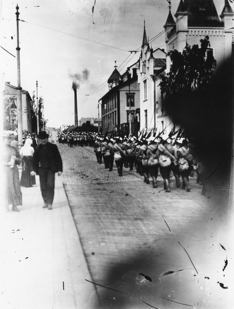 The rebellion of Viapor, Hakaniemi, an invited Russian Football Department, marching at Siltasaarenkatu 1 and 3 to Hakaniementor.