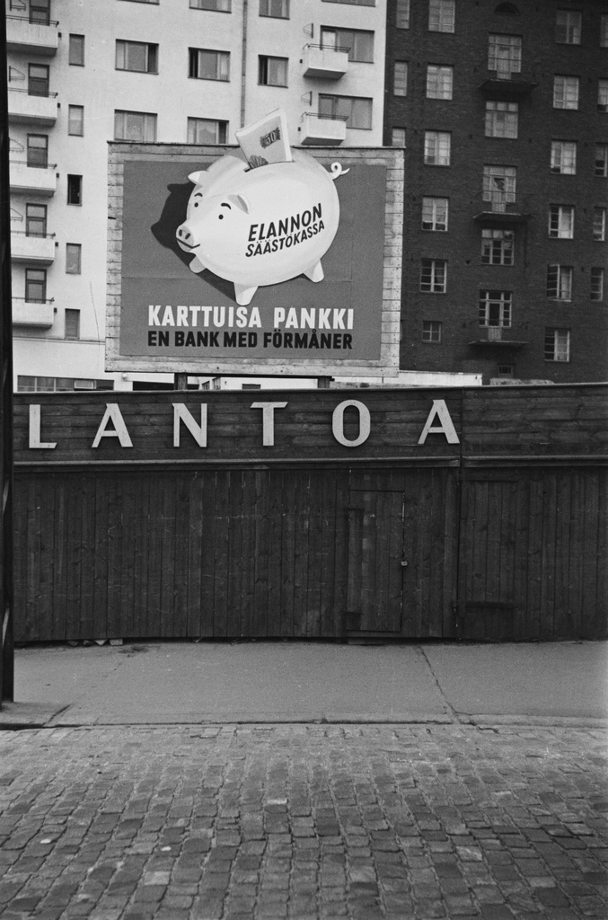 Hameentie. Fourth line 3. Fifth line 4. Outdoor advertisements of livelihood and Elannon's Saving Cup on the Hemeentien wooden yard. On the back of the flooring houses the walls of the courtyard at the addresses of Fourth Line 3 and Five Line 4.