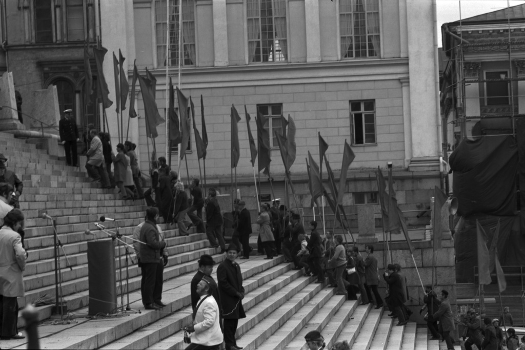 Governing Route 7. The carriers of the red flags are rising at the gates of the Judicial Church on 1.5.1972.