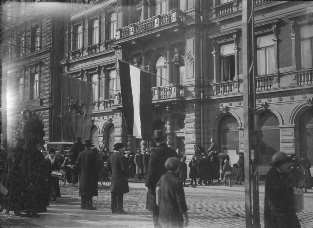 Takeover of Helsinki: Headquarters of the German assistants who arrived in Finland at the hotel Kämpi. The flag of the Finnish van and the German flag of the kingdom lie on the balcony and the honorary guard stands to ride next to the main door.