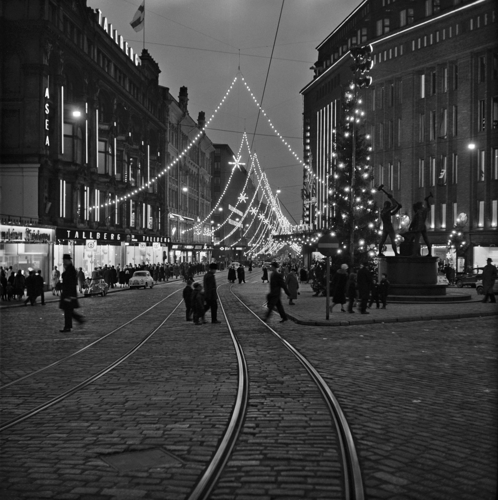 Aleksanterkatu on Christmas, described at the three-sea square on the Day of Independence. Stockmann's store on the right.
