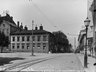 Northern Makasiinikatu 7 - Fabianinkatu 4, Auction Chamber a. f. Åkerberg (building dismantled in 1904). On the left Kasarmitori.  duplicate photo