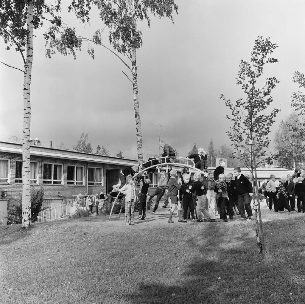 Pupils at mid-hour at Kannelmäe National School, Kanneltie 1.