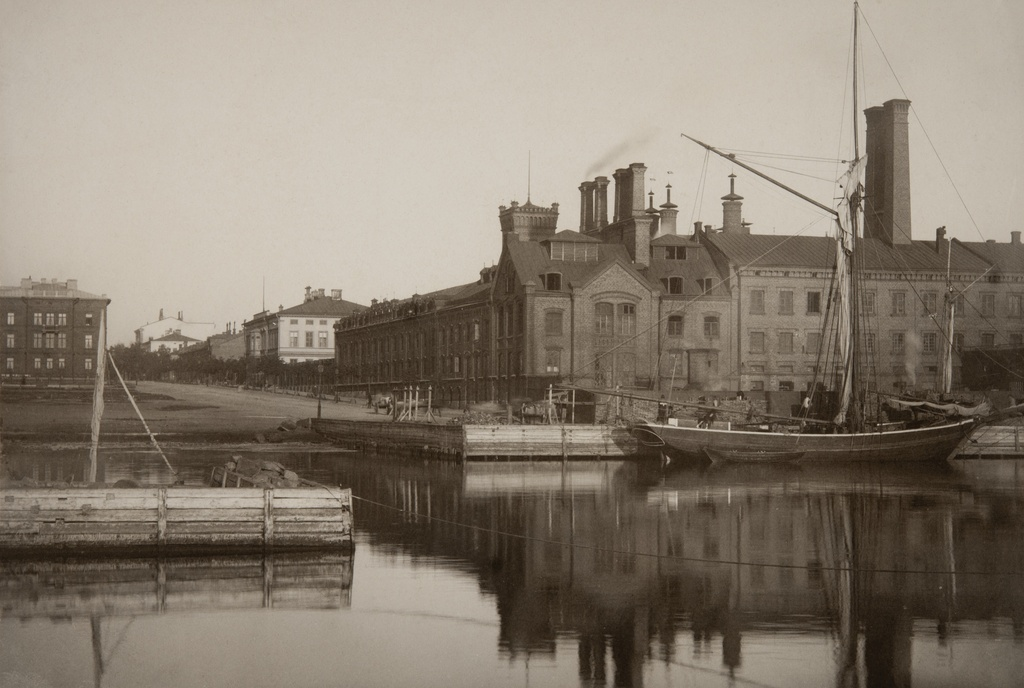 View from the port of Hietalahde (now Hietalahdenallas) to Bulevard, on the right Sinebrychoffin brewery at Bulevardi 38 - 42. On the left edge of the picture Bulevardi 3.