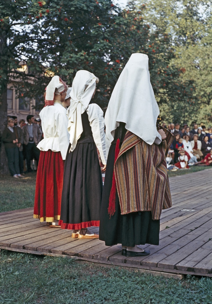 Celebration in the garden of the Nationalismeon. Presentation of national dresses.