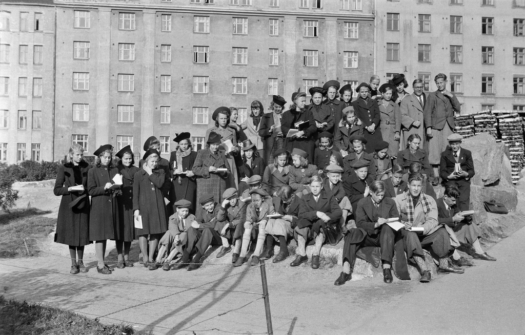 Students in the classic picture on rocks along Porthanin Street (one. Matti Helenius Park, behind Agricolankatu 9 and 7 and halcopins.