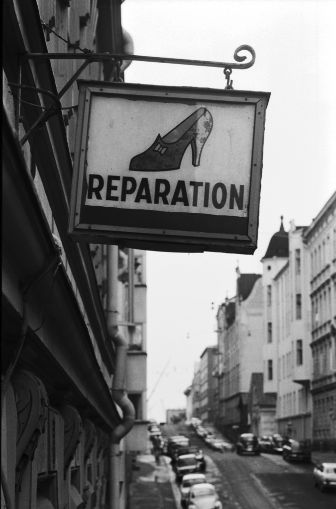 Sea duty roof 27. A sign of the shoe repair factory with a picture and text Reparation Meritroller on the 27 wall.