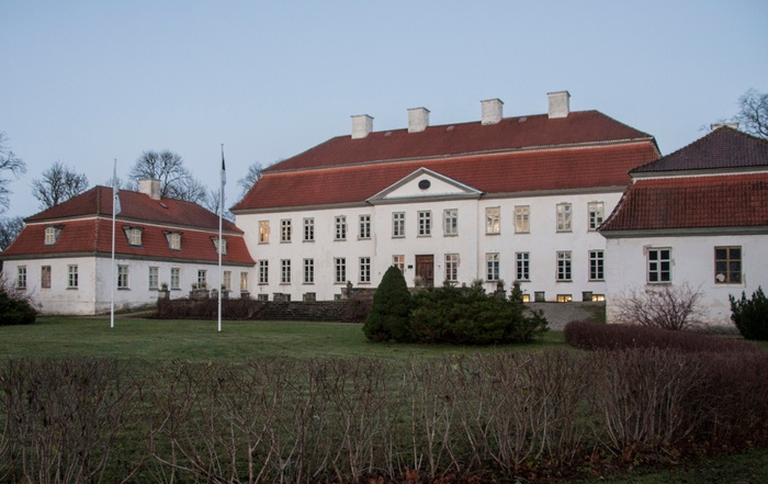 Fassade of Suuremõisa Castle. On the stairs people rephoto