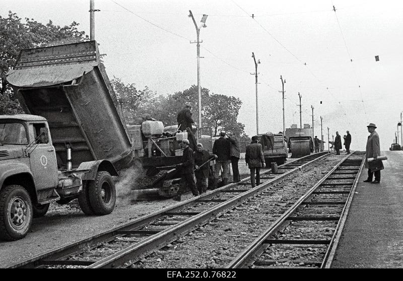 Road repairers on the viaduct of Pärnu highway.