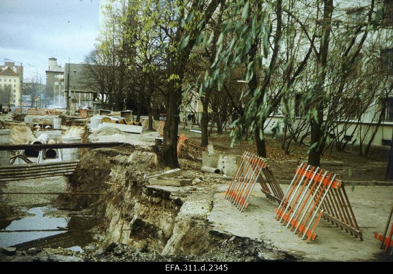 Construction of the heat track together with deforestation of trees on Lomonossov Street.