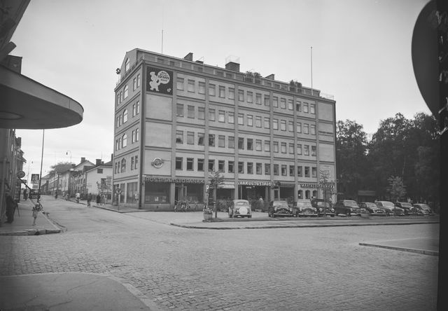 Oulun Post savings bank at the crossroads of Asema Street and Kirkko Street - vaaka, black and white