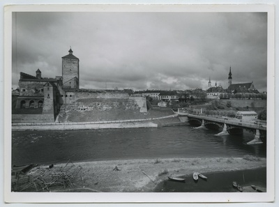 Narva, vasakul Hermanni kindlus.  duplicate photo