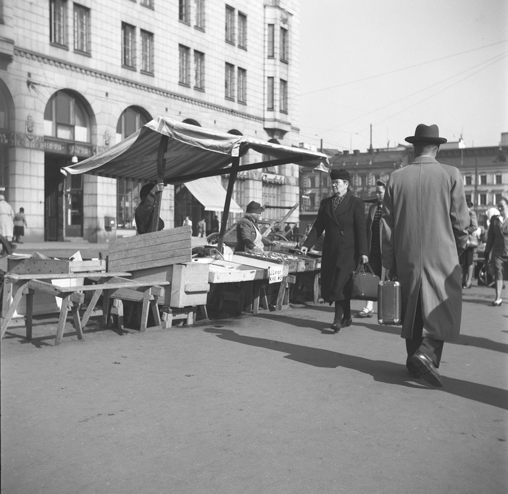 Helsinki, Marketplace 2.6.1947. (28402330983) - Helsinki, Store 2.6.1947.Photo: Ruth Träskman/Yle. Do you know something about this picture? Please leave a comment or contact us by e-mail: flickr@yle.fi Read more about Yle, the Finnish Broadcasting Company: http://yle.fi/life park Fler skatter från Yles archive: http://svenska.yle.fi/arkivet More about Yle, the Finnish Broadcasting Company: http://yle.fi/yleisradio/ About-yle/this-is-yle