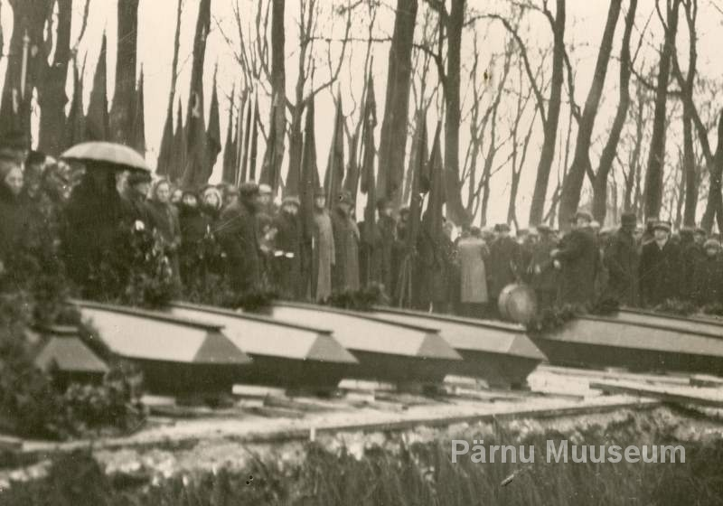 Photo, 1940, relocation of war victims from the Raeküla forest to the centre of Pärnu city to the Old Park on December 1, 1940.