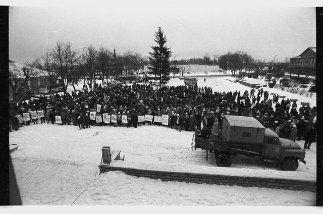 Gathering of those who stand for Estonian independence in the center square of Jõhvi; crowd with political slogans