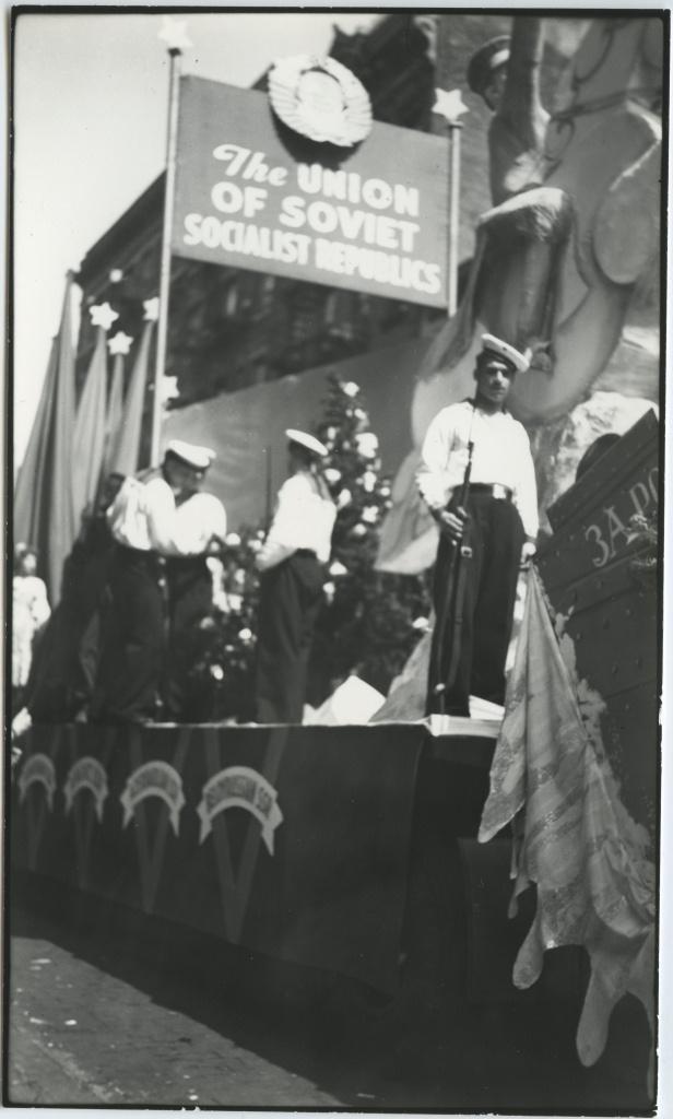 Paraadi platvorm dekoratsioonide, loosungite ja nõukogude madrustega / Demonstration float with decorations, banners and soviet sailors