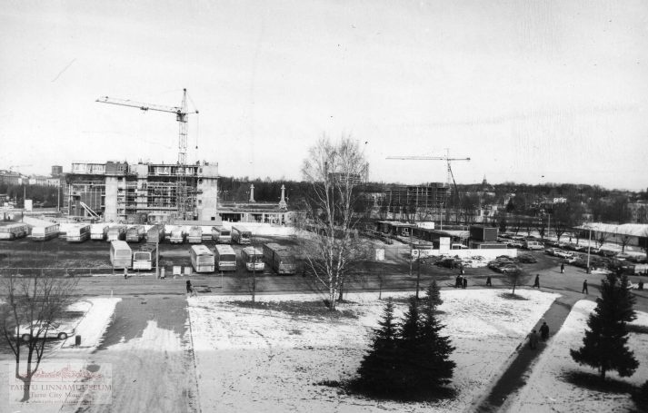 Tartu bus station. Construction of the Emajõe Business Centre (so-called Plasku). 1998. Photo Aldo Luud.
