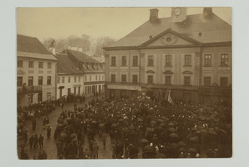 Tartu, crowd in front of the house
