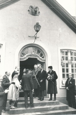 Photo. The King and Queen of Sweden visited Läänemaa 24.04.1992. Representatives of Muhu municipality handed over a gift at the stairs of Läänemaa Museum. Photo: M.Naumov.  similar photo