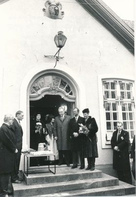Photo. The King and Queen of Sweden visited Läänemaa 24.04.1992. Handing gifts to the city of Haapsalu at the steps of the Läänemaa Museum. Photo: M.Naumov.  similar photo