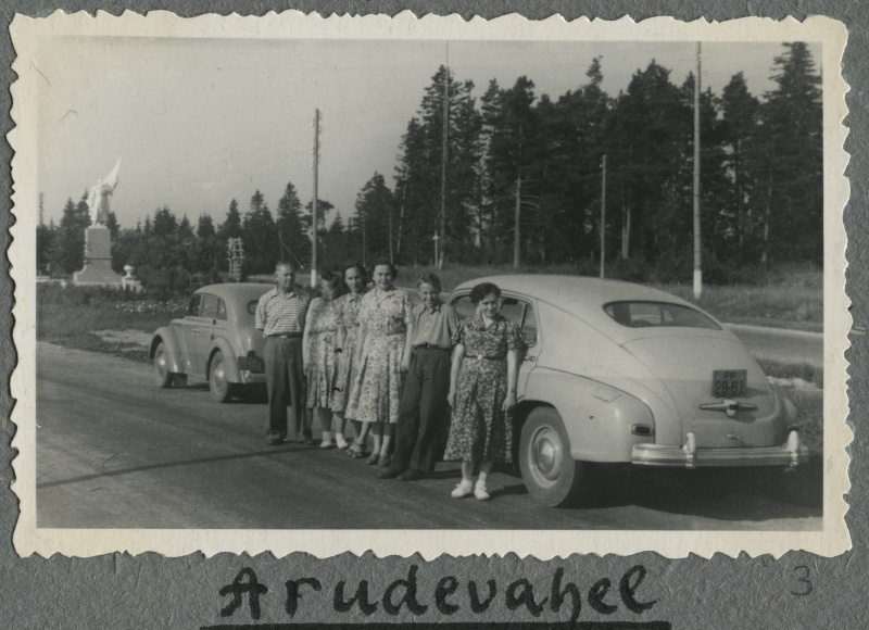 Group picture with partners in the background of cars in the Harutee region during Toomsalude's car trips in Riga. On the left 4. Ella Toomsalu.