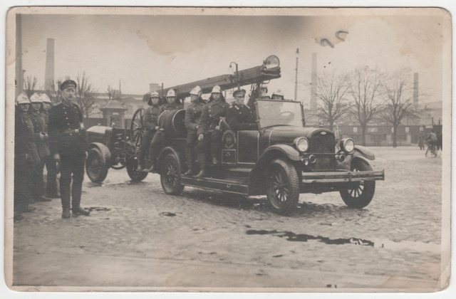 The firefighting team of young men at Tallinn University of Tartu in its car in 1930.