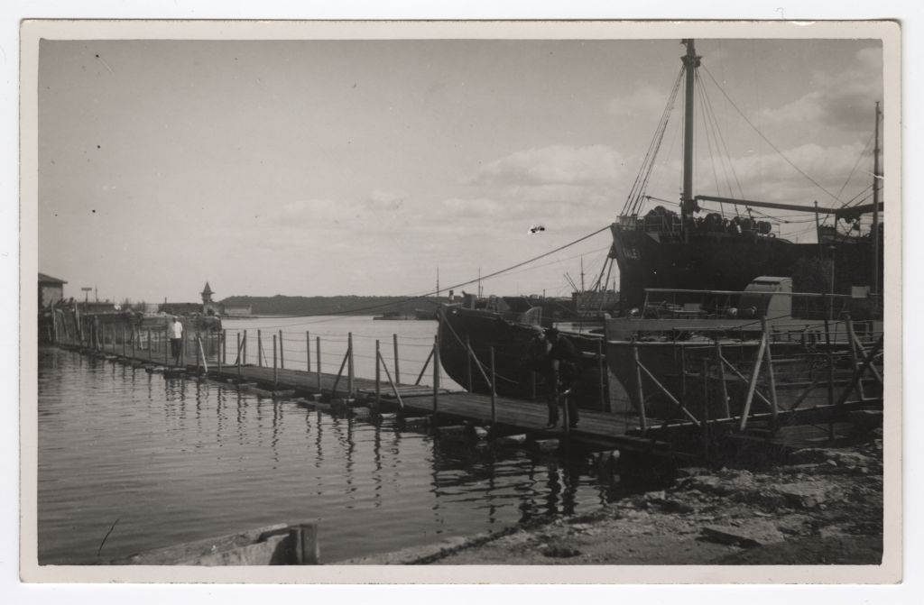 Temporary floating bridge between Läänemuuli and North Kantsi in the Old Harbour of Tallinn 1920s
