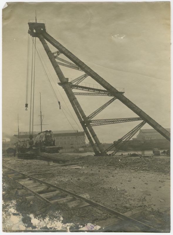 Crane lifting the ship from the steamers in the Russian-Baltic shipyard