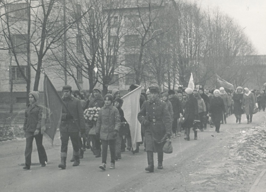 "Photo. Students of Võru II High School, participants of the Union-wide Pioneers Competition ""Põuavälk"" trained to the heroism in 1974."