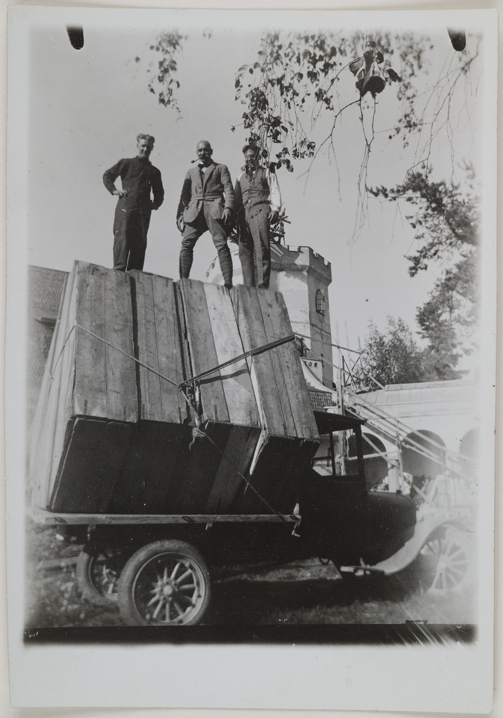 Studies for the Kalevala frescoes ready to be taken from Tarvaspää to the National Museum of Finland; standing on the loaded models are Yrjö Lampila (left) and Jorma and Akseli Gallen-Kallela