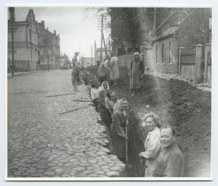 Employees of the University of Tartu on the street of Garden (Vanemuise) in the digging of the grave for water stuff